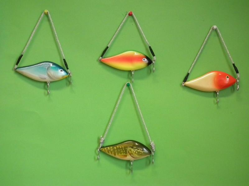 Rybársky vešiak v tvare woblera